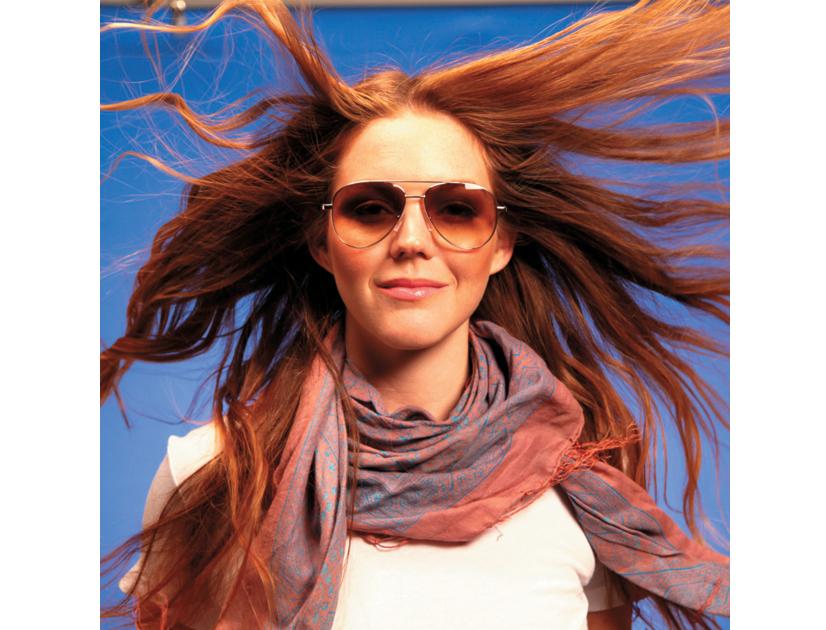 Découvrez les précieux conseils pour choisir vos lunettes de soleil  parfaites, en fonction de votre morphologie. Visage rond, cheveux courts ou  pommettes ... 432d6f40759d